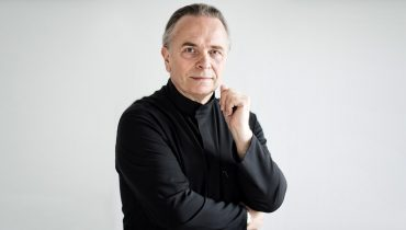 Sir Mark Elder CH CBE accepts South Bank Sky Arts Classical Award on behalf of the Hallé and BBC Philharmonic